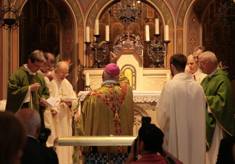 vescovo nell'atto di benedire