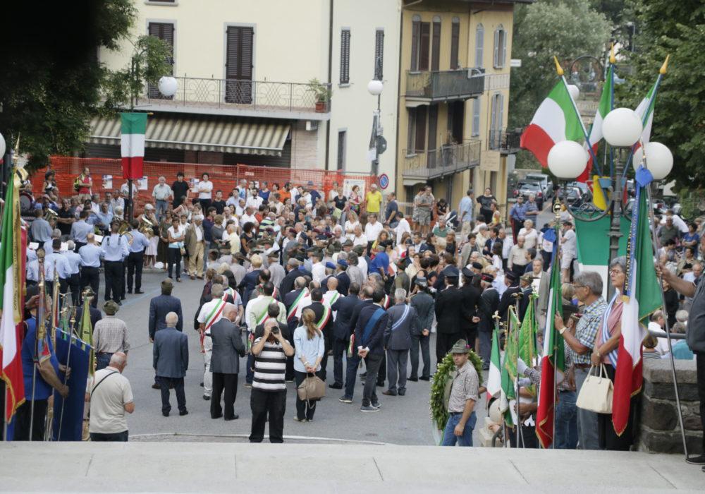 Folla nel piazzale