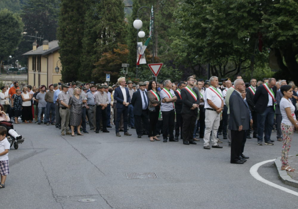 Autorità e folla presente all'inaugurazione